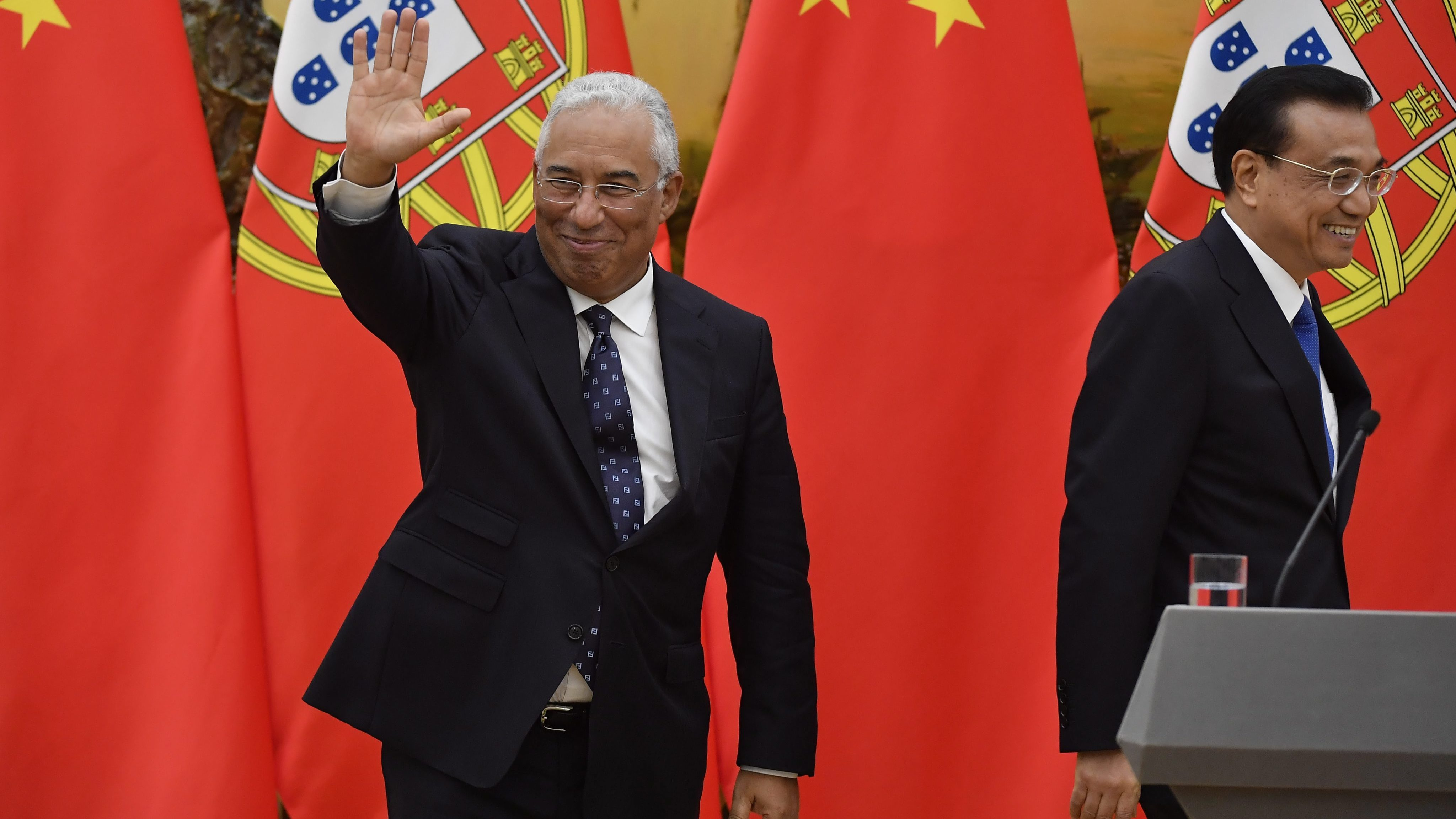 epa05577909 Portuguese Prime Minister Antonio Costa (L) waves as he attends a signing ceremony with Chinese Premier Li Keqiang (R) at the Great Hall of the People in Beijing, China, 09 October 2016. EPA/NAOHIKO HATTA / POOL